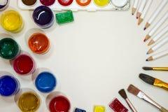 Zeichnungszubehör - farbige Farben, Bürsten, Bleistifte Stockfoto