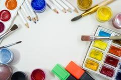 Zeichnungszubehör - farbige Farben, Bleistifte, Bürsten Stockbilder