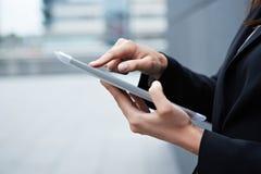 Zeigefinger auf Tablette-PC lizenzfreie stockbilder