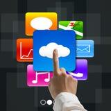 Zeigefinger, der auf die Wolke rechnet mit bunten APP-Ikonen zeigt Lizenzfreies Stockfoto