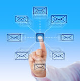 Zeigefinger, der E-Mail-Ikonen in Cyber-Raum sendet Stockfotografie