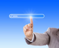 Zeigefinger, der einen leeren Suchkasten berührt Lizenzfreie Stockfotos
