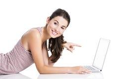 Zeigen auf einen Laptop Lizenzfreie Stockfotografie