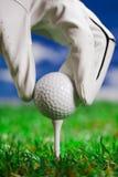 Zeigen der Kugel auf Golffeld! Lizenzfreie Stockfotos