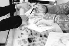 Zeigen der Tätowierungszeichnung Lizenzfreies Stockbild