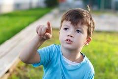 Zeigen des kleinen Jungen Stockbild