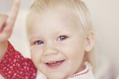 Zeigen des kleinen Mädchens lizenzfreie stockfotos
