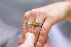 Zeigen des neuen Ringes lizenzfreies stockfoto