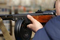 Zeigen eines Maschinengewehrs Stockbilder