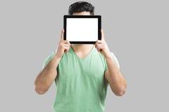 Zeigen etwas auf Tablette Lizenzfreies Stockfoto