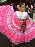 Zeigen ihres schönen rosafarbenen Kleides Stockfotografie