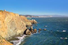 Zeigen Sie Bonita Lighthouse außerhalb San Franciscos, Kalifornien Stände am Ende einer schönen Hängebrücke Stockfotos