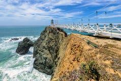 Zeigen Sie Bonita Lighthouse außerhalb San Franciscos, Kalifornien Stände am Ende einer schönen Hängebrücke Stockfotografie