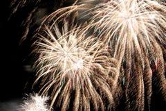 zeigen Sie mit bunten Feuerwerken in der dunklen Nacht Stockbild
