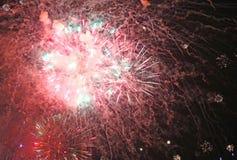 zeigen Sie mit großen bunten Feuerwerken in der dunklen Nacht Stockbilder