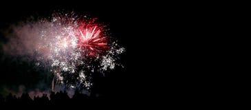 zeigen Sie mit großen bunten Feuerwerken in der dunklen Nacht Stockfoto