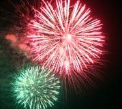 zeigen Sie mit großen bunten Feuerwerken in der dunklen Nacht Lizenzfreie Stockfotografie