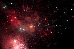 zeigen Sie mit großen bunten Feuerwerken in der dunklen Nacht Lizenzfreies Stockfoto
