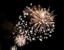 zeigen Sie mit großen bunten Feuerwerken in der dunklen Nacht Stockfotografie