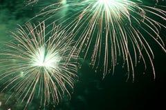 zeigen Sie mit großen bunten Feuerwerken in der dunklen Nacht Lizenzfreie Stockfotos