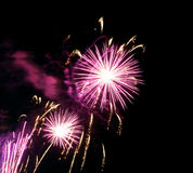 zeigen Sie mit großen bunten Feuerwerken in der Nacht Stockfotos