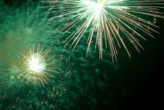 zeigen Sie mit großen bunten Feuerwerken in der Nacht Stockbild