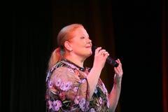 Zeigen Sie Sänger Lyudmila Senchina auf dem Stadium in des Hauses der Kultur genannt nach Gorky Stockbild