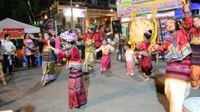 Zeigen Sie Thailand-Tanzen für Reisenden an gehender Straße Sonntags in Chaingrai stock video footage