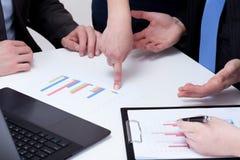 Zeigen von finanziellen Verlusten auf einer Sitzung Lizenzfreies Stockfoto