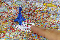 Zeigen von Paris-Karte mit einem blauen Eiffelturm Lizenzfreies Stockbild