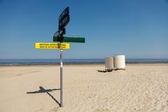 Zeiger auf der Säule und ankleiden Kabine auf dem Strand stockfotos