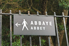Zeiger, der die Weise der Abtei von Mont Saint Michel anzeigt. Stockfotos