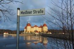 Zeiger gegen den Hintergrund des Schlosses Moritzburg Lizenzfreies Stockfoto