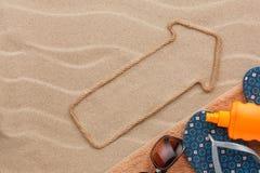 Zeiger gemacht vom Seil auf dem Sand mit Platz für Ihren Text Lizenzfreie Stockfotografie