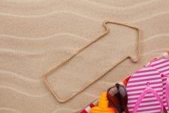 Zeiger gemacht vom Seil auf dem Sand mit Platz für Ihren Text Stockbilder