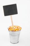 Zeiger, Preis im Eimer Maiskörnern Stockbilder