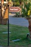 Zeiger zum Gastronomiebereich herein draußen, in Form eines Pfeiles O Lizenzfreies Stockfoto