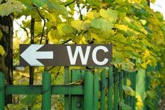 Zeiger zum WC im Garten, Wald, Platz für den Rest stockbilder
