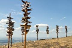 Zeigerabstände zu den unterschiedlichen Städten und zum Touristen auf Berg MA Stockbilder
