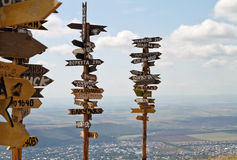 Zeigerabstände zu den unterschiedlichen Städten und zum Touristen auf Berg MA Stockfoto