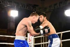 Zeigt nicht identifizierte Boxer im Ring während des Kampfes für das Ordnen Stockfotos