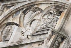 Zeigte gotischer Verzierungshelm des Mailand-Kathedralendachs archs Statuen Stockfotos