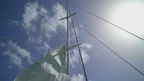 Zeil die op de wind golven stock video