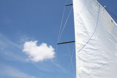 Zeil met wolk Stock Foto