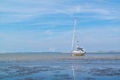 Zeilboot aan de grond op sandflat at low tide dichtbij Rotterdam, Netherl royalty-vrije stock afbeelding