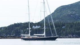 Zeilboot in Barhaven wordt vastgelegd met Cadillac-Berg in mening die stock foto's