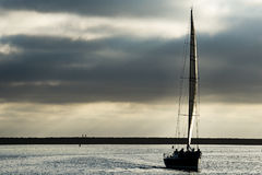 Zeilboot bij avond royalty-vrije stock fotografie