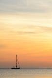 Zeilboot bij dageraad Stock Afbeeldingen