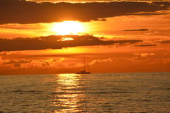 Zeilboot bij de zonsondergang Royalty-vrije Stock Foto's