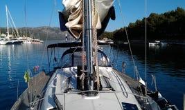 Zeilboot bij een baai wordt verankerd die Stock Fotografie